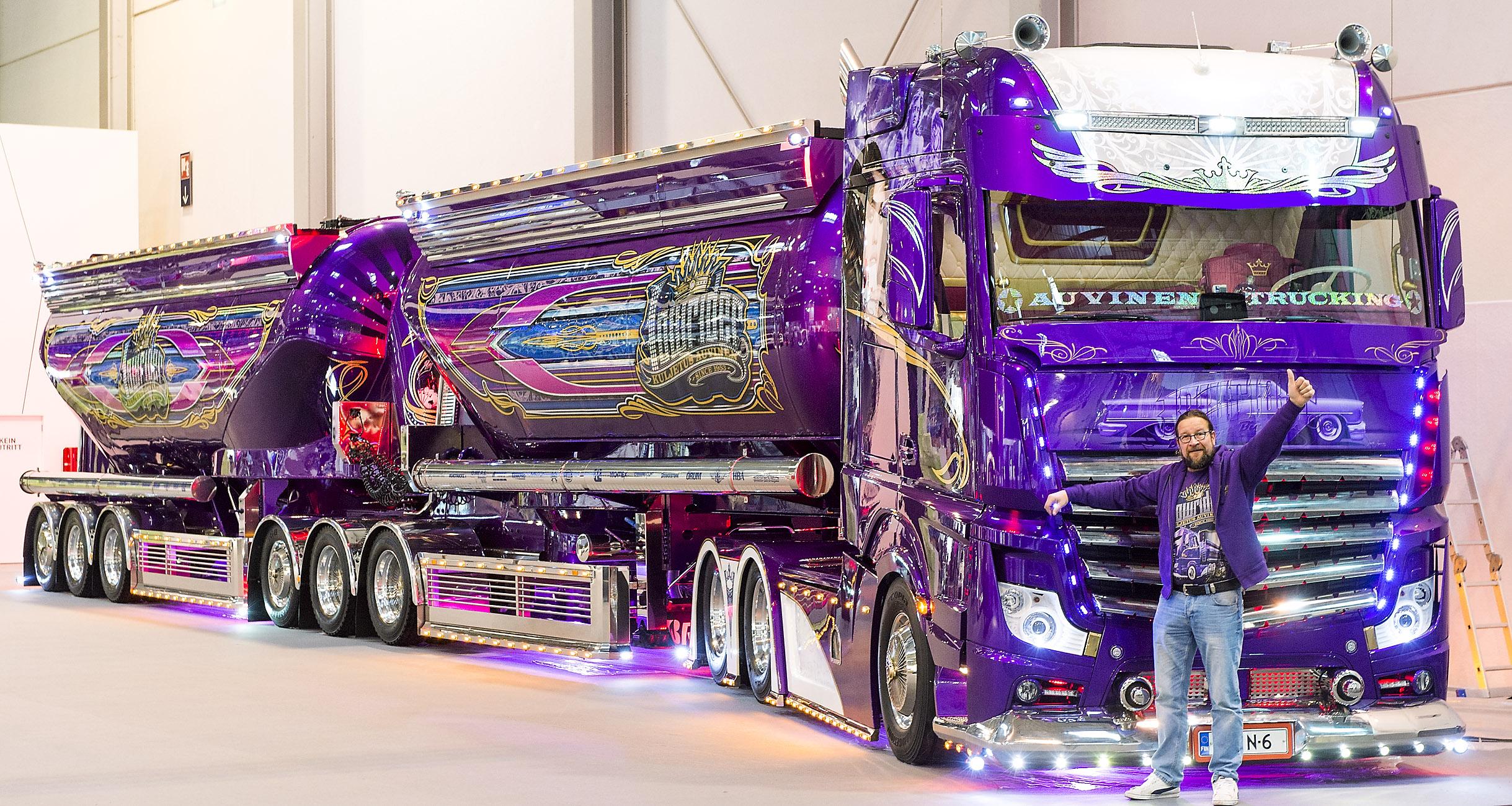 Blickfang: Farbenfroher Show-Truck