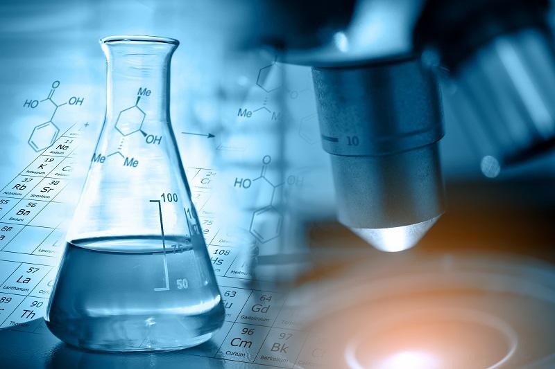 Laborszene mit Mikroskop